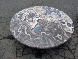 onyx table, round, with iron base